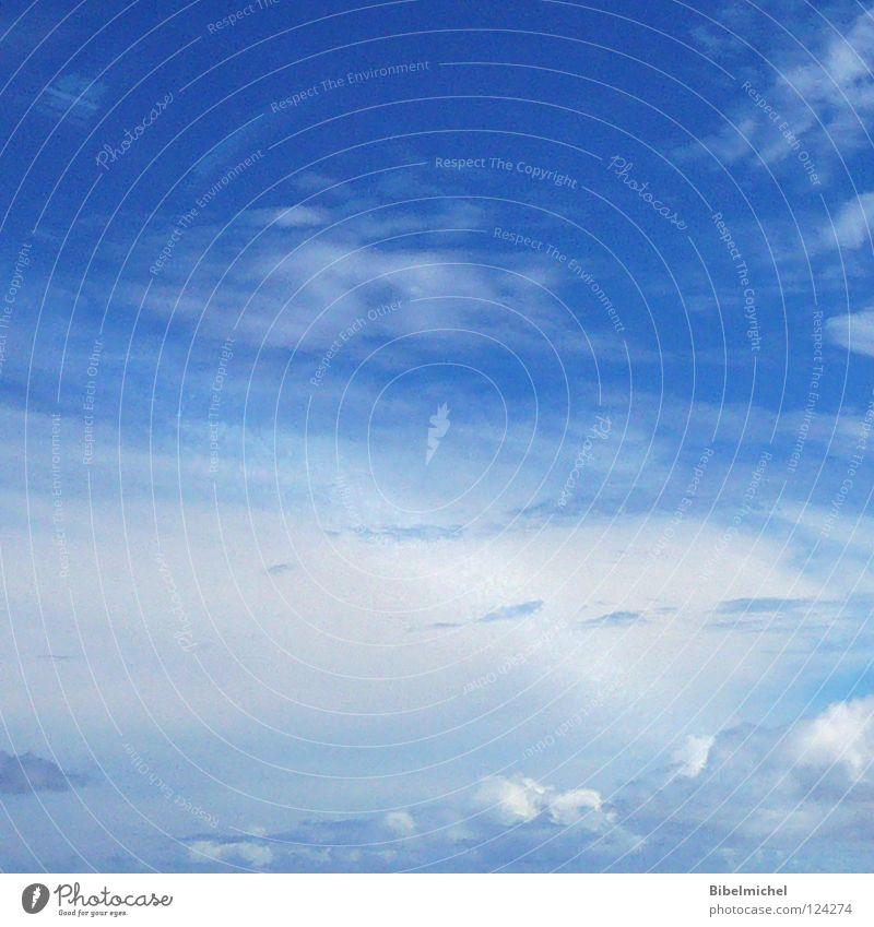 Über den Wolken... Wolkenwand himmelblau dunkel Luft Himmel Horizont über den Wolken hell-blau Platz Flugzeug Vogelperspektive schön Gelassenheit
