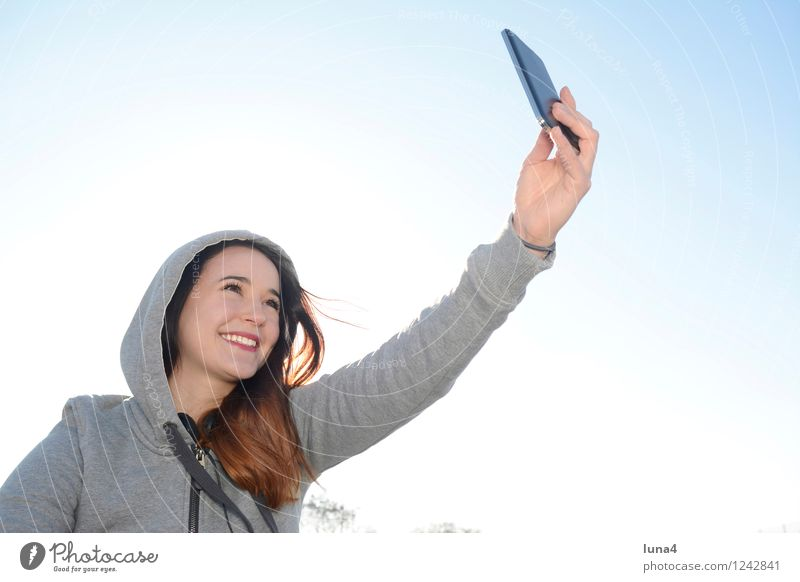 selfie Mensch Frau Jugendliche Junge Frau Freude 18-30 Jahre Erwachsene feminin Glück lachen grau Lifestyle Fröhlichkeit Coolness Handy Blauer Himmel