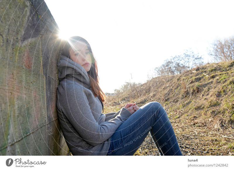 junge Frau hat Langeweile Lifestyle Mensch feminin Junge Frau Jugendliche Erwachsene 1 18-30 Jahre Traurigkeit Coolness grau Sorge Trauer Liebeskummer