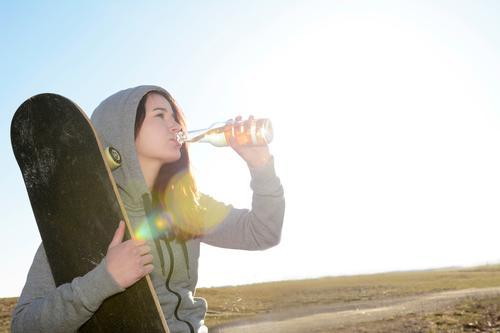 Durst Getränk trinken Erfrischungsgetränk Limonade Bier Flasche Lifestyle Mensch feminin Frau Erwachsene Jugendliche 1 18-30 Jahre Glück Lebensfreude skateboard