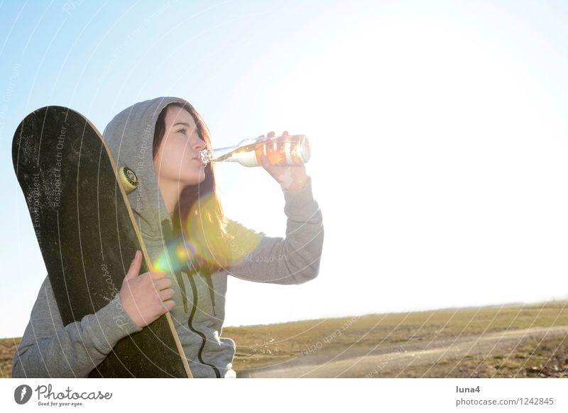 Durst Mensch Frau Jugendliche 18-30 Jahre Erwachsene feminin Glück Lifestyle Getränk Lebensfreude trinken Bier Flasche Erfrischungsgetränk Limonade