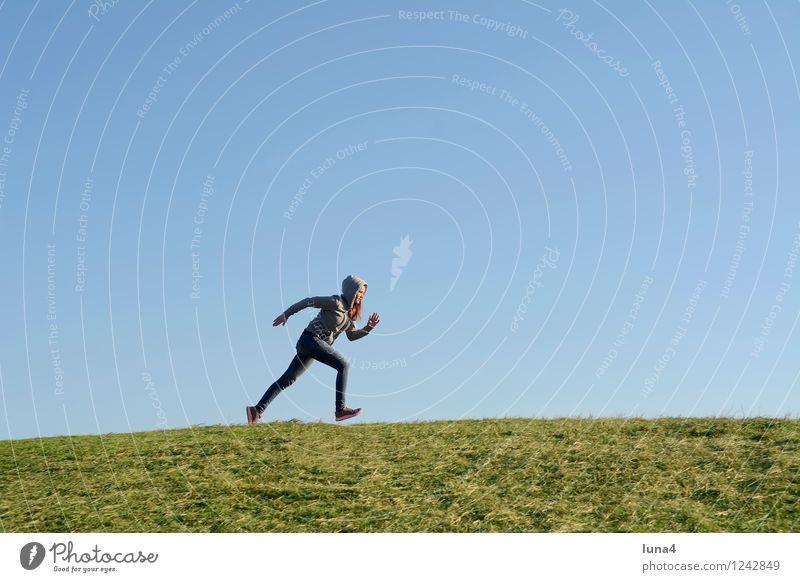 Sprint Mensch Frau Jugendliche grün Junge Frau 18-30 Jahre Erwachsene Bewegung feminin Sport Fitness rennen Sport-Training Blauer Himmel Joggen Kapuzenjacke