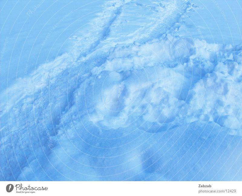 schneespuren weiß blau Winter kalt Schnee Eis Spuren Flocke
