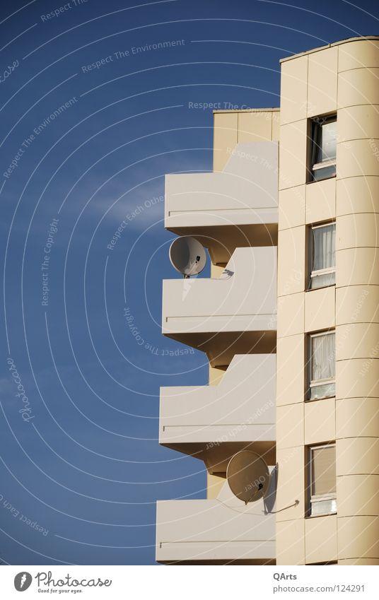 Balkon mit Satellitenschüssel Himmel blau Haus kalt Berlin Fenster Wohnung modern Schalen & Schüsseln Entertainment Plattenbau Ausgrenzung Kreuzberg