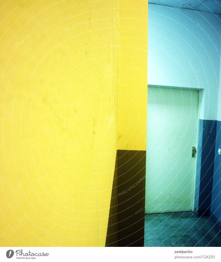 Mischlicht Treppenhaus Nische Eingang Ausgang Licht Kunstlicht Wand Mauer Detailaufnahme Häusliches Leben Ecke Tür Tag