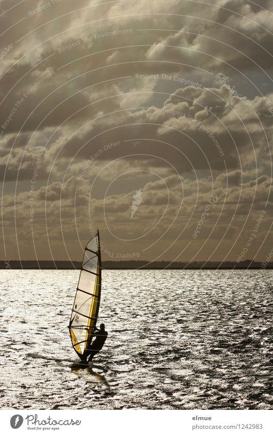 summer Windsurfing Sommerurlaub Meer Wellen Wassersport Surfbrett Urelemente Wolken Horizont Schönes Wetter Pfeil fliegen Freiheit Geschwindigkeitsrausch