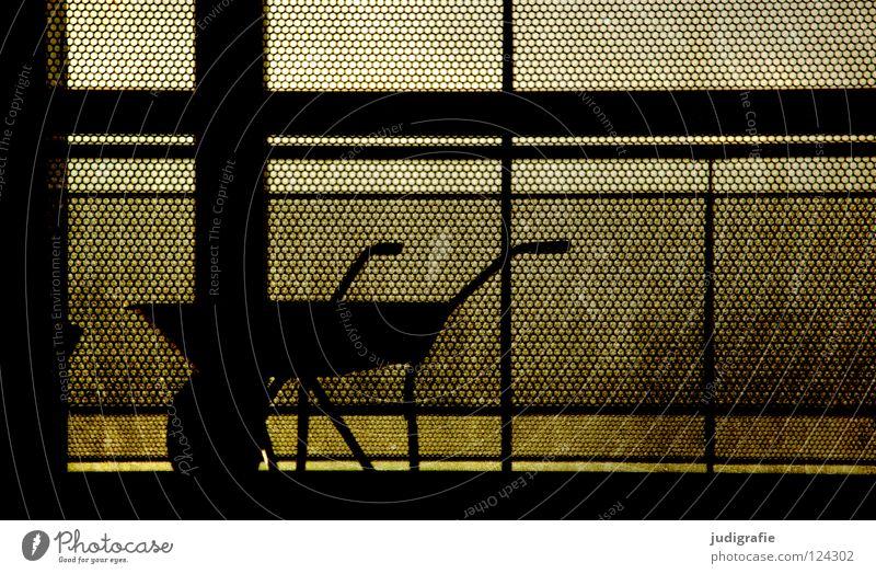 Schwarzarbeit Schubkarre Pause Streik stagnierend Arbeit & Erwerbstätigkeit Baustelle Zaun Barriere fahren Silhouette dunkel schwarz Gegenlicht Raster Handwerk
