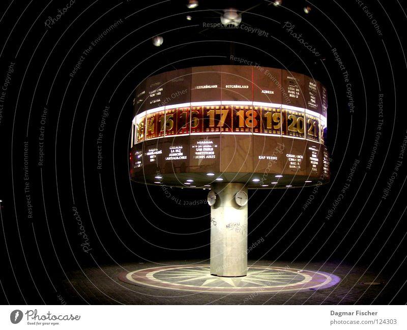 Wie spät? (bei Nacht) Ferien & Urlaub & Reisen schwarz Berlin grau Erde Kunst Deutschland gold Zeit Uhr Ziffern & Zahlen Nachthimmel Denkmal DDR Wahrzeichen