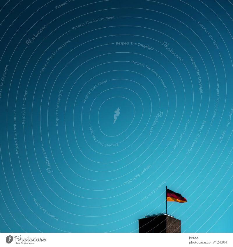 Fähnchen im Wind alt Himmel Deutschland Fahne Turm Vergänglichkeit historisch Politik & Staat Aussichtsturm Feldsalat