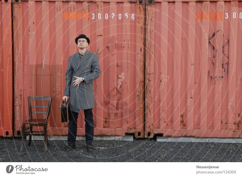 Person 20 rot Einsamkeit Zeit Schriftzeichen warten Industrie Hoffnung Stuhl Hut Koffer frieren Gott Mantel Trennung Bahnhof Container