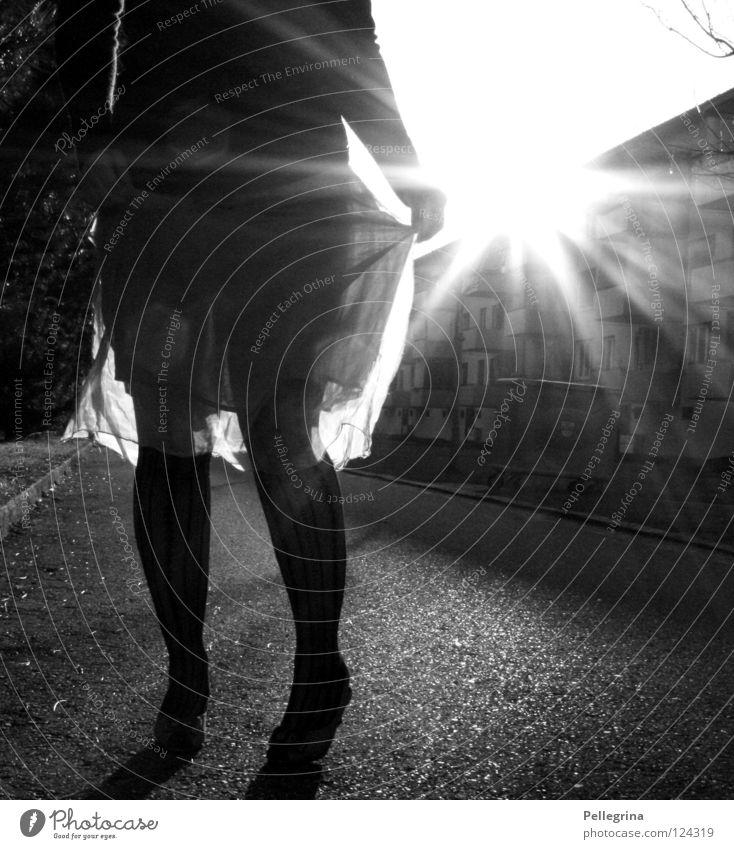 durchsichtig Frau Kleid Strümpfe Block Licht Schuhe Damenschuhe gefangen Seide Beine Straße Schwarzweißfoto Sonne Beleuchtung Treppenabsatz Momentaufnahme