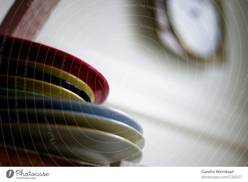 Multicolor. Teller rot gelb schwarz weiß hell-blau Küche Regal Kammer Mittag Licht küchenuhr Balken Tür trott Alltagsfotografie