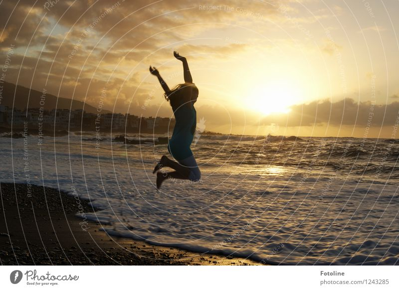 Lebensfreude pur! Mensch feminin Kind Mädchen Kindheit 1 Umwelt Natur Landschaft Urelemente Wasser Himmel Wolken Sommer Schönes Wetter Wärme Wellen Küste Strand