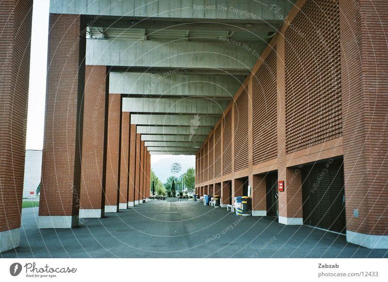 Gang Straße Architektur rosa Perspektive Schweiz Kanton Tessin