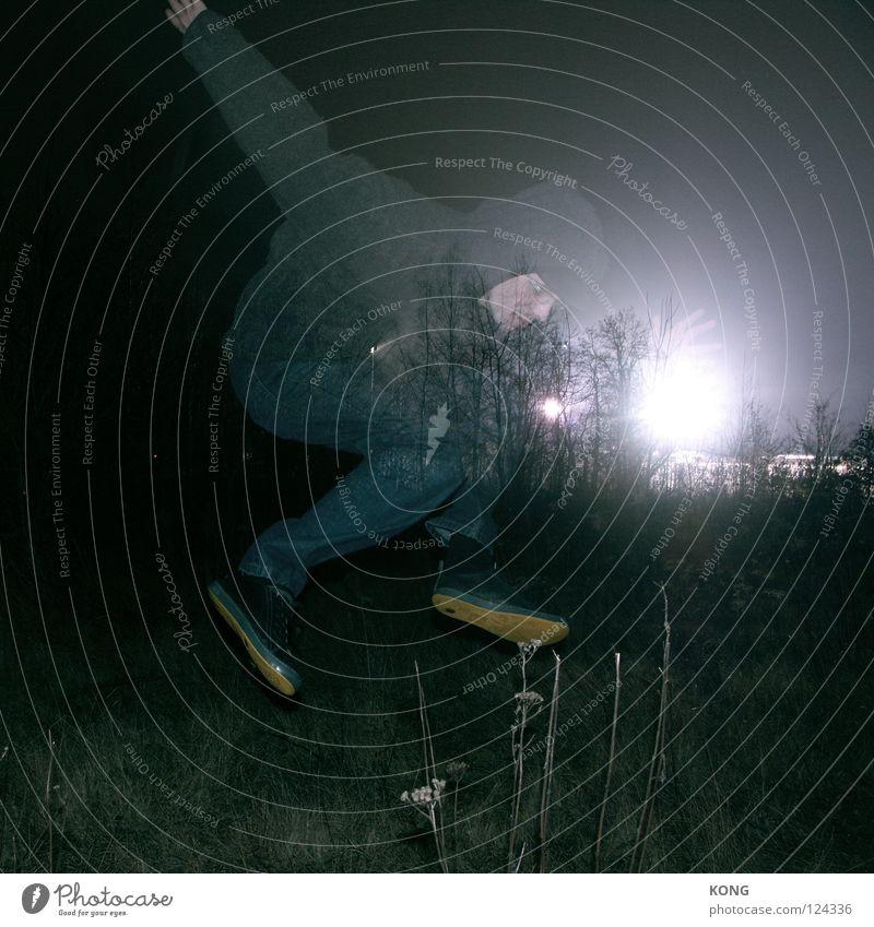 jäger des verlorenen lichtes springen hüpfen dunkel Ausgelassenheit Nachtaufnahme Wiese Gegenlicht Turnschuh Mann Hochsprung Freude Kraft Langzeitbelichtung