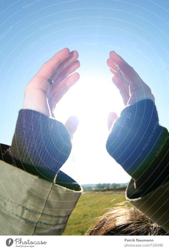 pack die Sonne aus pt.V Sonnenlicht Sonnenstrahlen Strahlung Licht Beleuchtung Lampe Himmel hell-blau Gras Wiese grün Hand nehmen hochhalten