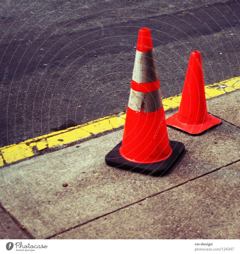 LOTTIE UND LISA Stadt Ferien & Urlaub & Reisen gelb Straße grau Mauer klein Linie orange Arbeit & Erwerbstätigkeit Schilder & Markierungen Beton Sicherheit