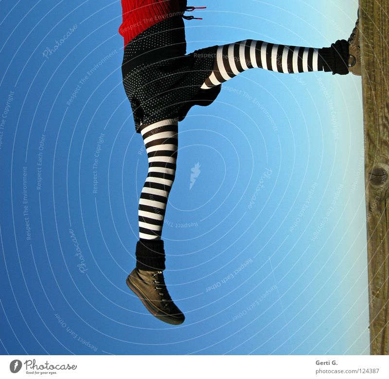 90° Mensch Kind Himmel Jugendliche rot Mädchen Freude schwarz Holz Beine Seil Ecke Kleid Konzentration sportlich hängen