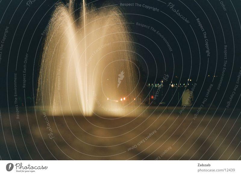 Springbrunnen bei Nacht Brunnen Licht Genf Schweiz Langzeitbelichtung Physik Romantik Garten Park Wasser Vulkan Wärme