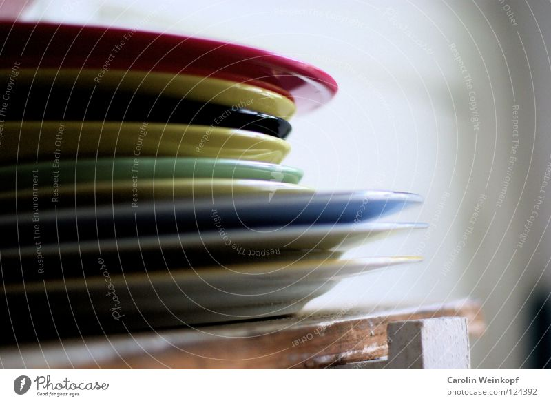 Multicolor II. mehrfarbig Teller rot gelb weiß hell-blau Regal Küche Alltagsfotografie