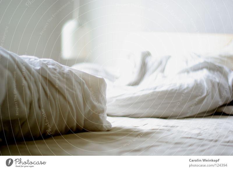 Durchgerockt. Bett Lampe Schlafzimmer Kissen weiß Licht hell aufwachen schlafen Morgen Mittag Sehnsucht Bettlaken Decke Falte zerwült Trott Kopfkissen