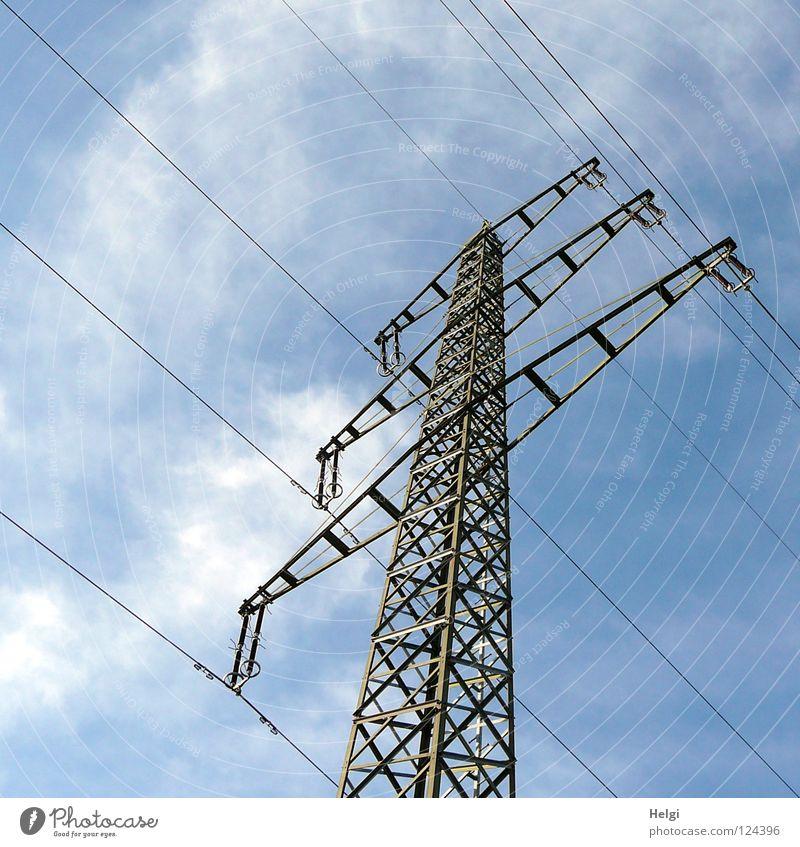 gigantischer Strommast mit Stromkabeln vor blauem Himmel mit Wolken Elektrizität Draht weiß grau groß Macht Geometrie Stahl elektrisch emporragend gefährlich