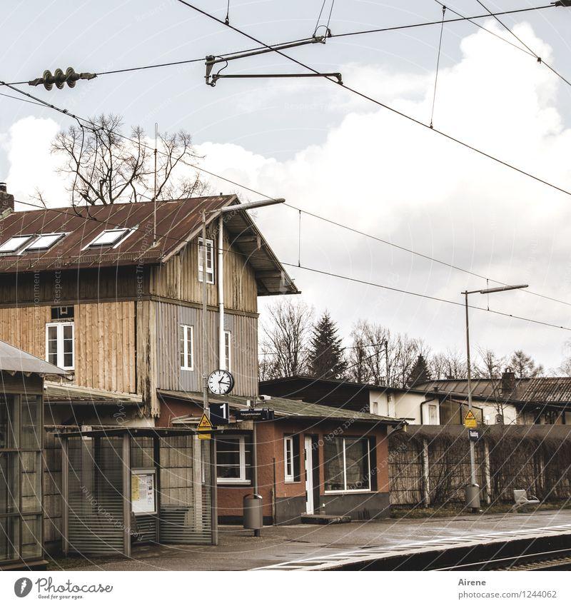 Alltagsromantik Dorf Menschenleer Haus Bahnhof warten historisch trist braun Frustration Ferien & Urlaub & Reisen normal Wartehäuschen Bahnsteig trüb