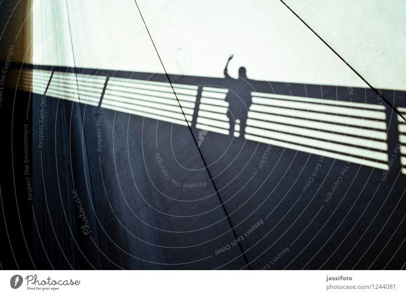 """Hallo Mann Erwachsene 1 Mensch Brücke Mauer Wand beobachten Kommunizieren stehen winken """"Geländer,Brüstung,Brückengeländer,Schattenriss,grüßen,"""""""