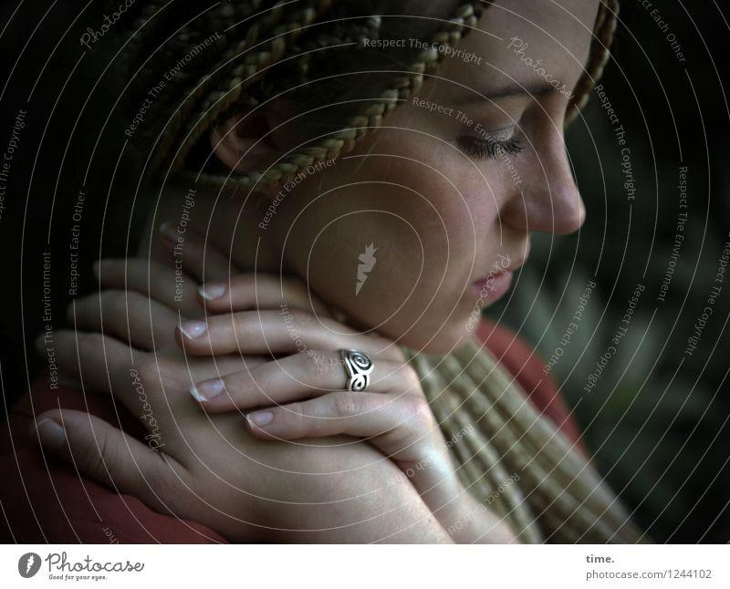 . Frau Erwachsene 1 Mensch Ring blond langhaarig Rastalocken Denken träumen schön feminin Gefühle Sicherheit Schutz Romantik ruhig Traurigkeit Sorge Trauer