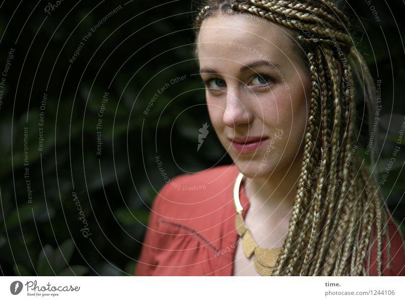. feminin Frau Erwachsene 1 Mensch Park Hemd Schmuck blond langhaarig Rastalocken beobachten Denken Blick warten schön Coolness Mut Wachsamkeit Neugier