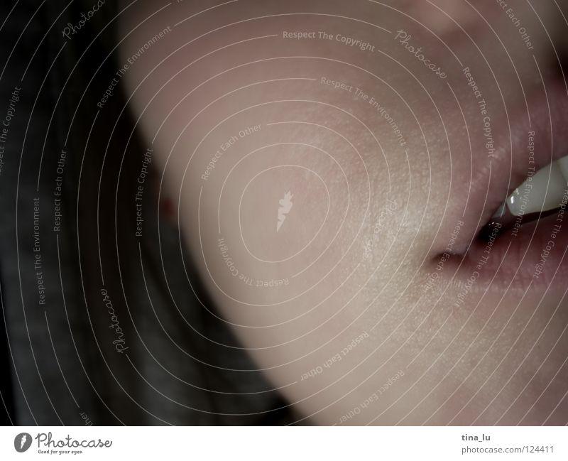 Nähe Mundwinkel nah Intimität schwarz weiß Licht Lippen bleich geschlossen Frau Schwung Lippenstift Lipgloss Unschärfe Gefühle Mensch Makroaufnahme Nahaufnahme