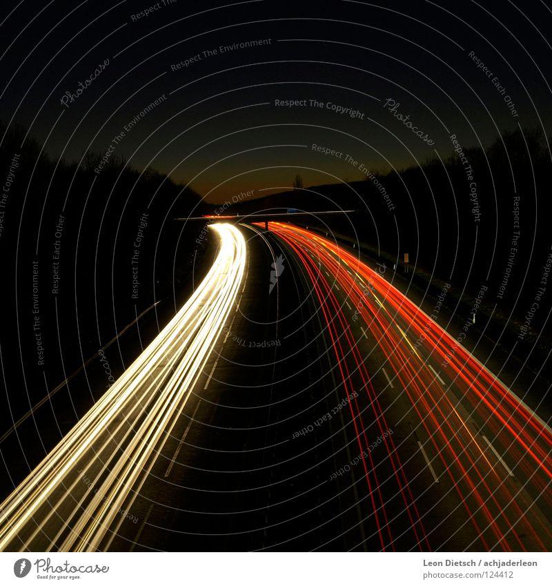 Follow the Sun Straße Autobahn Langzeitbelichtung KFZ Brücke Sonnenuntergang Streifen Licht weiß rot Nacht Abend dunkel Linie Verlauf Schatten Verkehrswege PKW