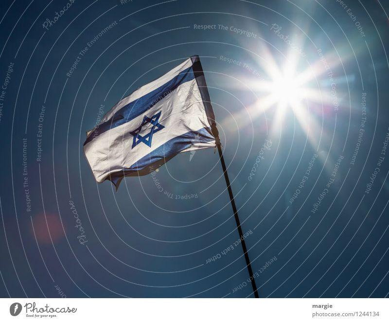 Schalom: die Israel - National - Fahne vor einer hellen Sonne Ferien & Urlaub & Reisen Tourismus Ferne Freiheit Sommer Kultur Naher und Mittlerer Osten