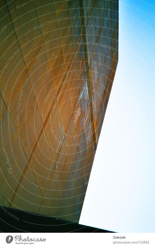 Rost Monolith rot Gebäude Schweiz Altwaren Himmel Schrott Perspektive Altmaterial Bauwerk Industrie verfallen proportionen expo02 murten blau Metall Himmelszelt