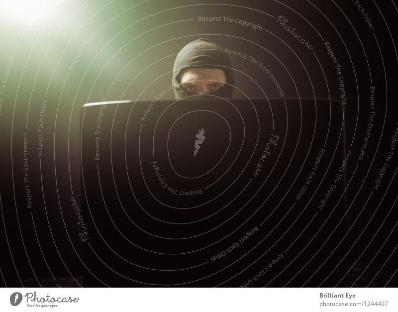 Finster dreinblickender Maskenmann vor Laptop Büroarbeit Kapitalwirtschaft Business Computer Notebook Internet Mensch maskulin Mann Erwachsene gebrauchen