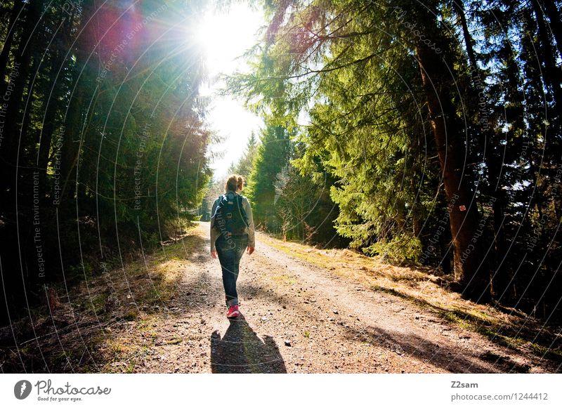 Waldspaziergang Natur Ferien & Urlaub & Reisen Jugendliche grün Junge Frau Erholung Landschaft ruhig Freude 18-30 Jahre Erwachsene Berge u. Gebirge Frühling
