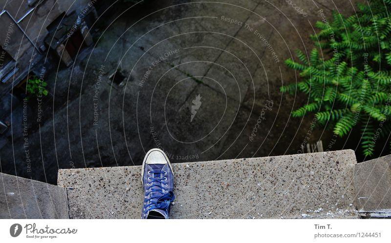 Ausweglos Mensch Berlin Fuß Angst Schuhe Höhenangst Abschied Hinterhof Selbstmord