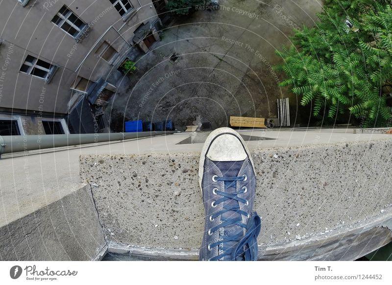ich steh auf Berlin Mensch Fuß Wohnung Angst Häusliches Leben Schuhe Altstadt Hinterhof Altbau Hof Hoffnungslosigkeit Selbstmörder
