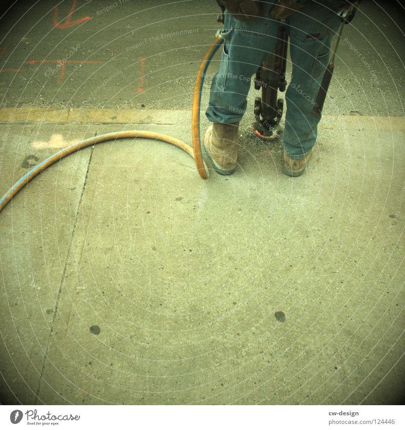 D U R C H B R U C H Mann blau Stadt weiß Farbe Einsamkeit Freude schwarz gelb dunkel Graffiti Wand Straße Traurigkeit Gefühle Mauer