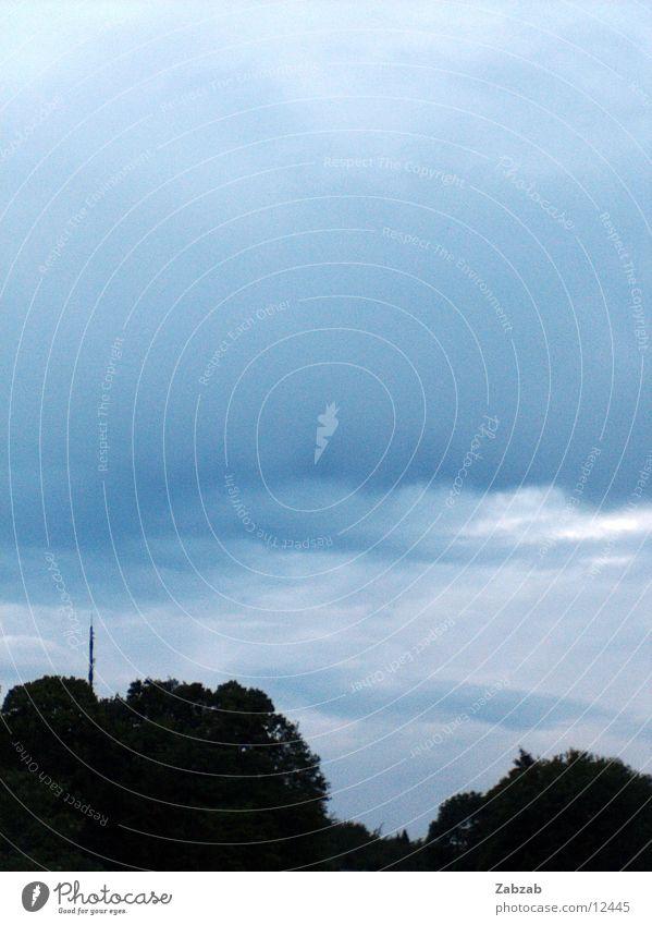 der regen kommt Wolken Baum Wald schwarz Antenne Schweiz Gegenteil Regen Meteorologe Meteorologie Gewitterregen Wetter Waldlichtung Himmel blau Wasser landregen