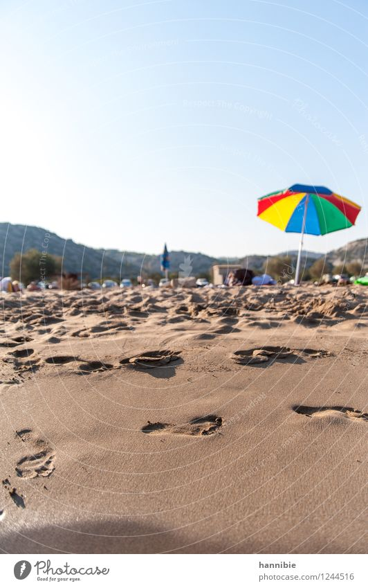 hitzefrei Ferien & Urlaub & Reisen blau grün Sommer Erholung Meer Strand gelb Wärme braun Sand Freizeit & Hobby Bucht Gelassenheit Sonnenschirm Fußspur