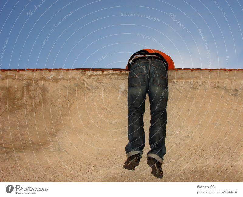 Auf der Mauer... Mensch Himmel Mann blau rot schwarz Erholung Ferne gelb Wand oben Bewegung Freiheit springen orange
