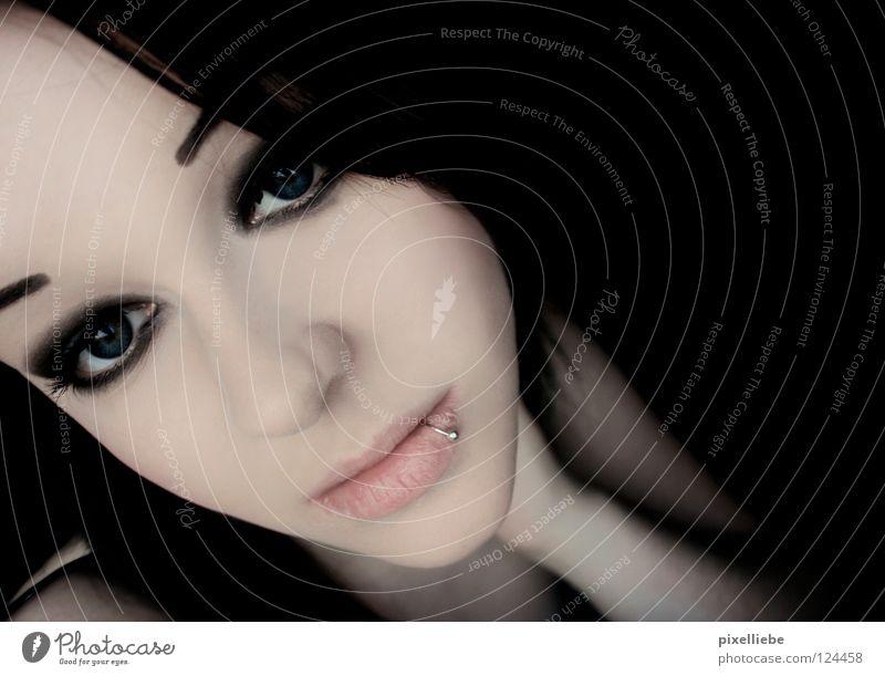 Melancholie Geschirr Lifestyle Stil Haut Schminke Frau Erwachsene Lippen Rockabilly Gothic Schmuck Piercing schwarzhaarig Denken träumen Traurigkeit dunkel
