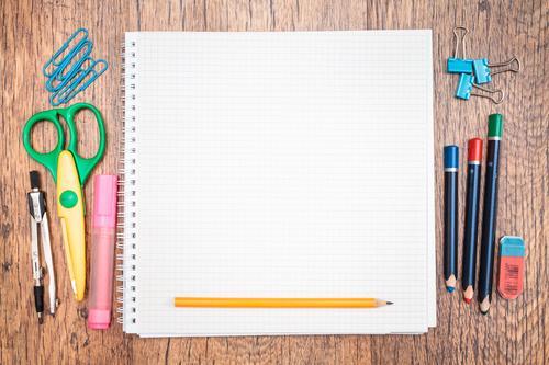 Schule Arbeit & Erwerbstätigkeit lernen Papier Bildung Schreibtisch Schreibstift Werkzeug Arbeitsplatz Zettel Bleistift Farbstift Objektfotografie Schere Vorrat