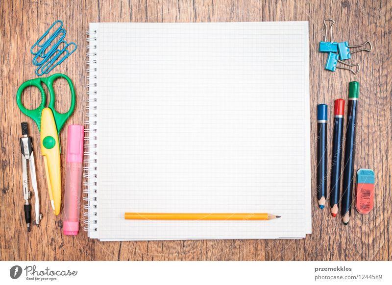 Schule Arbeit & Erwerbstätigkeit lernen Papier Bildung Schreibtisch Schreibstift Werkzeug Arbeitsplatz Zettel Bleistift Farbstift Objektfotografie Schere Vorrat blanko