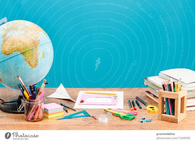 Schulzubehör auf dem Desktop Schule Buch lernen Bildung Schreibtisch Werkzeug Globus Arbeitsplatz Bleistift Farbstift Schere Vorrat Waage Kompass Lineal