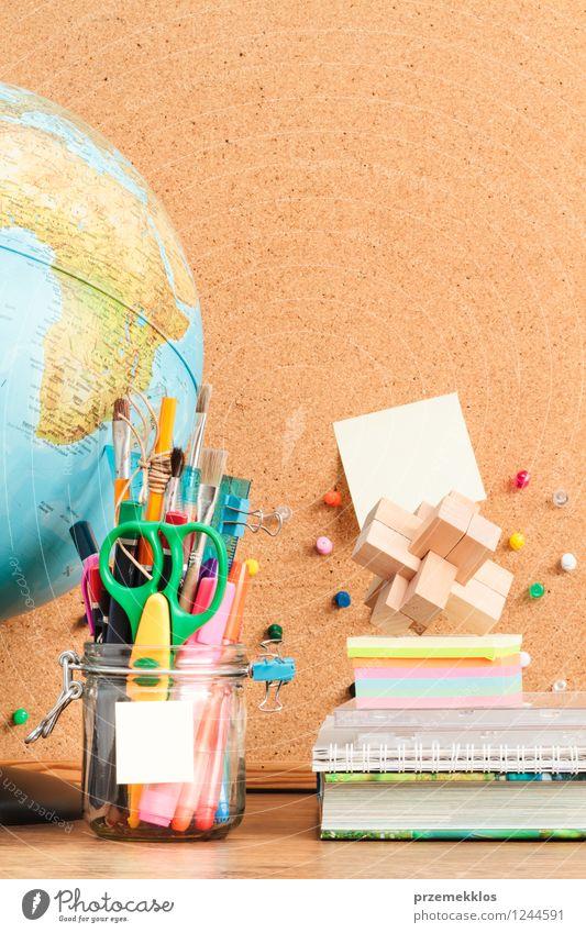 Schule Buch lernen Bildung Schreibtisch Werkzeug Globus Arbeitsplatz Bleistift Farbstift Objektfotografie Schere Vorrat blanko
