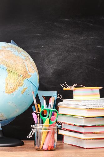 schwarz Schule Erde Buch lernen Bildung Schreibtisch Tafel Schreibstift Werkzeug Globus Arbeitsplatz vertikal Bleistift Farbstift Objektfotografie