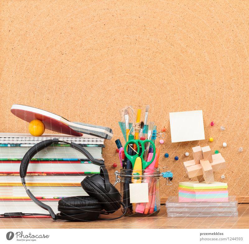 Schulzubehör auf dem Desktop Schreibtisch Schule lernen Arbeitsplatz Headset Werkzeug Schere Buch Schreibstift braun Bildung blanko Bürste Farbstift leer