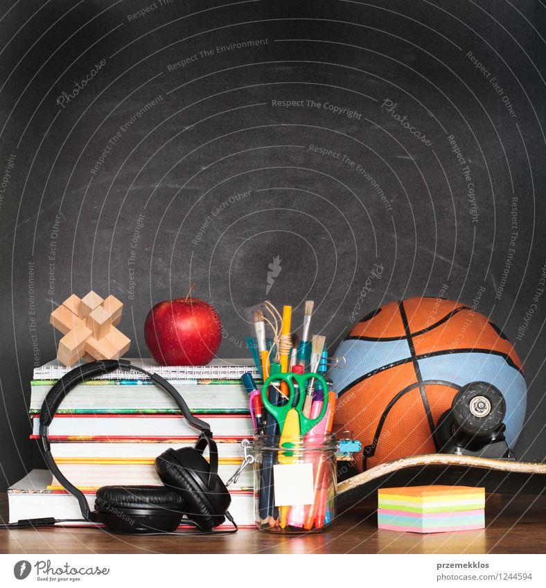 Schul- und Sportzubehör auf dem Desktop Erholung schwarz Schule Frucht Buch Bildung Ball Apfel Schreibtisch Tafel Skateboard Kopfhörer Bleistift Farbstift